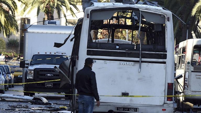 Bussen som exploderade i centrala Tunis. Foto: TT.