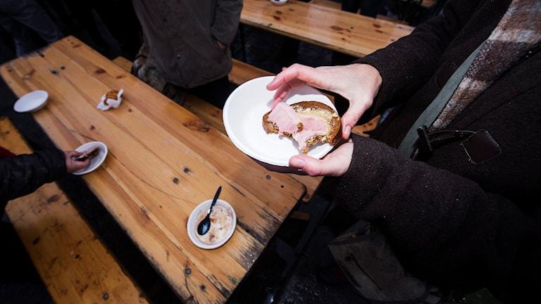 Hemlös får lunchmacka. Foto: Fanni Olin Dahl/TT.