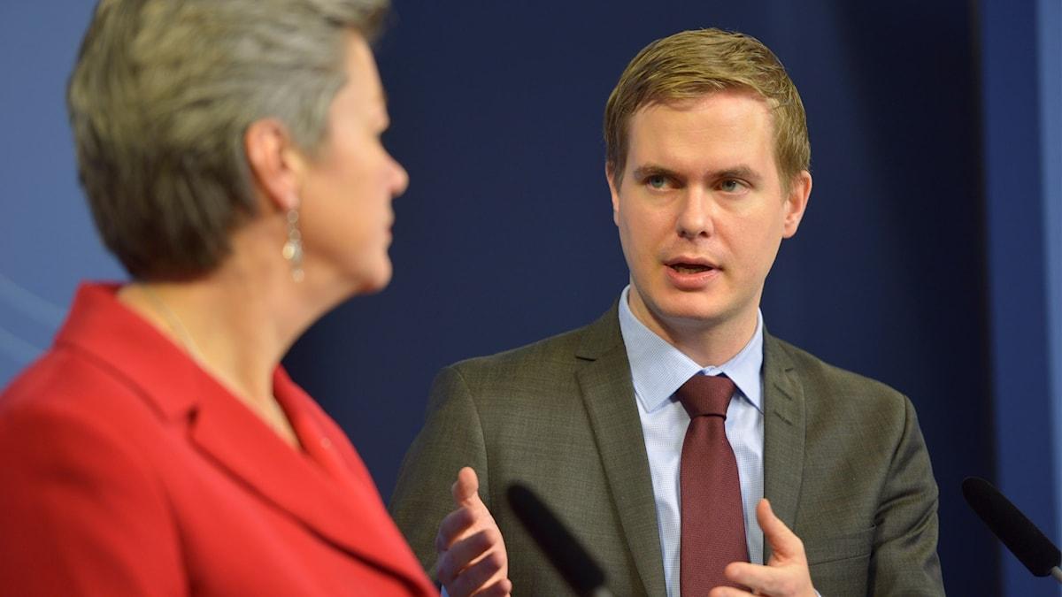 Arbetsmarknadsminister Ylva Johansson och utbildningsminister Gustav Fridolin. Foto: Henrik Montgomery/TT.