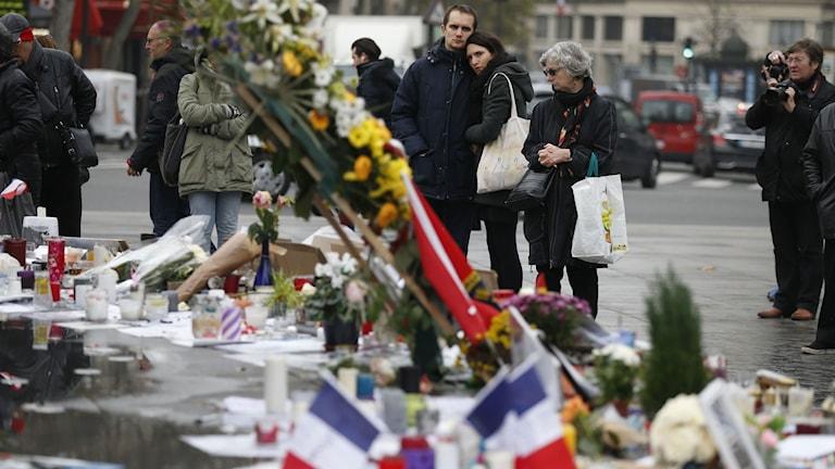 Människor i paris sörjer. Foto: AFP PHOTO / THOMAS SAMSON/TT.