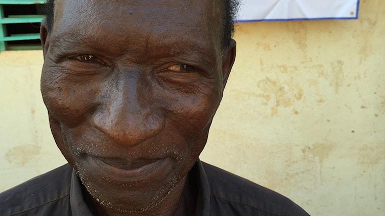 Isidore Combamtenga utanför vallokal i Burkina Faso