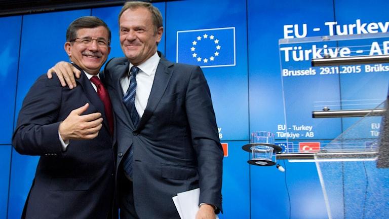 Europeiska rådets ordförande Donald Tusk lägger armen om Turkiets premiärminister Ahmet Davutoglu. Foto: Virginia Mayo/TT.