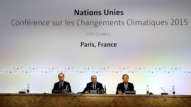 Frankrikes president Francois Hollandefranska utrikesministern Laurent Fabius and FN:s generalsekreterare Ban Ki-moon på klimattoppmötet i Paris.