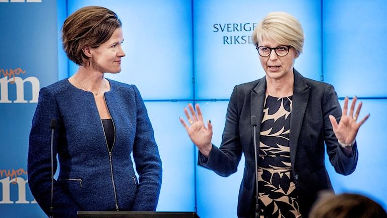 Anna Kinberg Batra och Elisabeth Svantesson. Foto: Tomas Oneborg/TT.