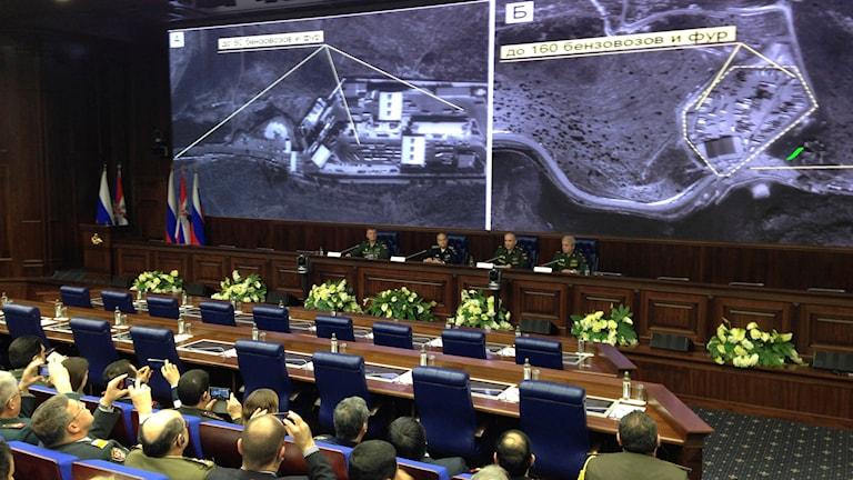 Vid en ovanlig briefing i militärhögkvarteret i Moskva visades på onsdagen ett antal satellitbilder. Foto: Vladimir Kondrashov/AP