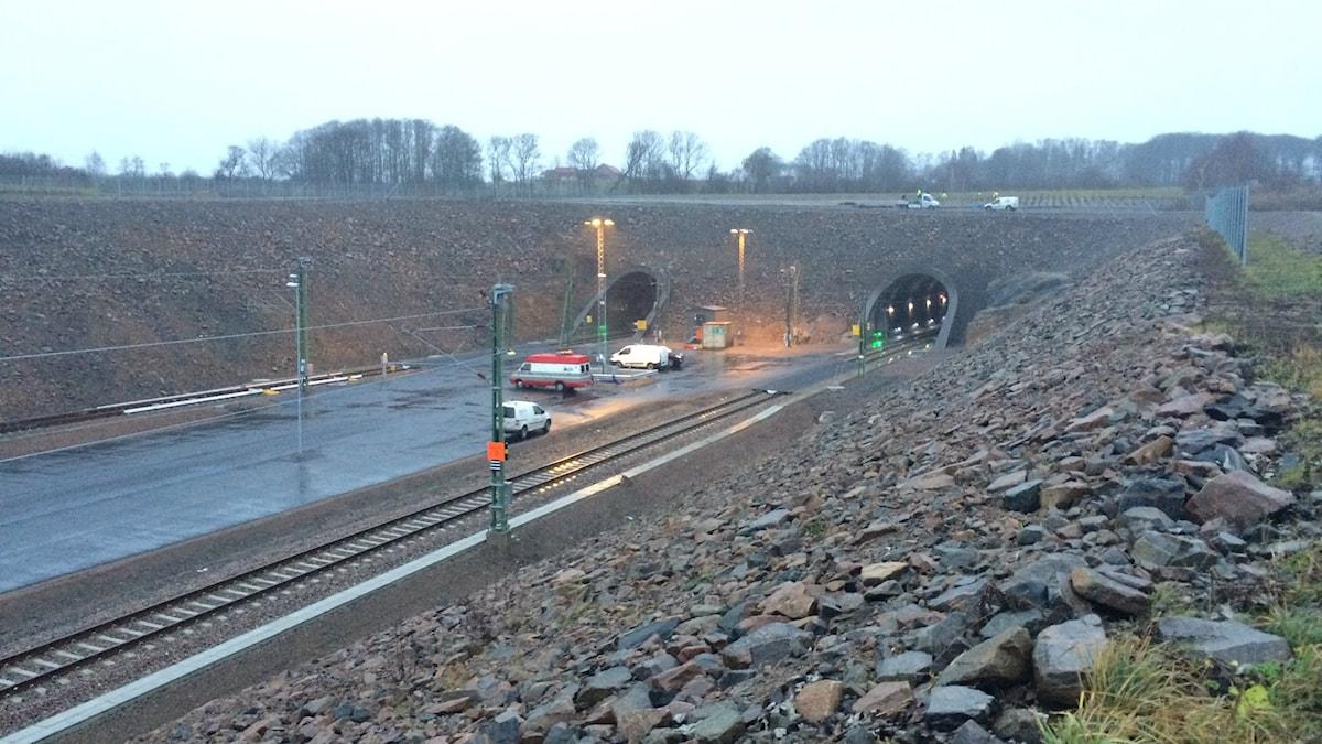 Bilden visar den södra mynningen till de två järnvägstunnlarna genom Hallandsåsen. Foto: Anna Bubenko/Sveriges Radio.
