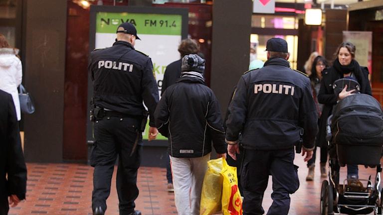 Flykting tillsammans med poliser på Köpenhamns station. Foto: Stig-Åke Jönsson/TT.