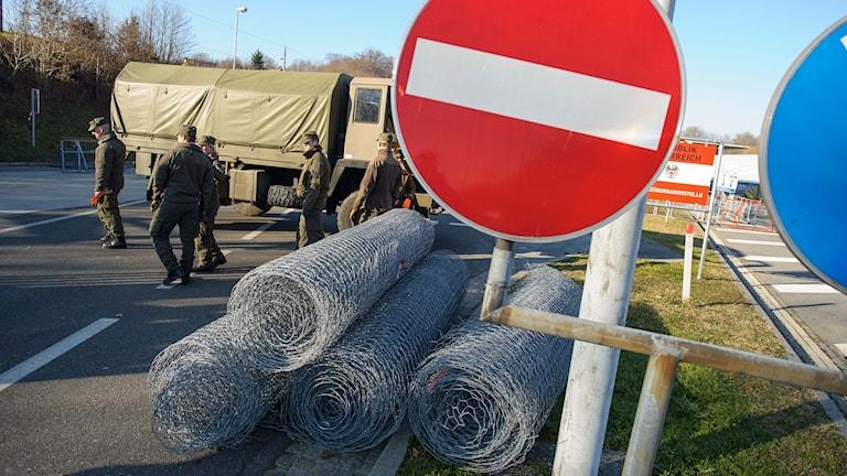 Soldater bygger stängsel på gränsen mot Slovenien. Foto: Rene Gomolj/AFP.