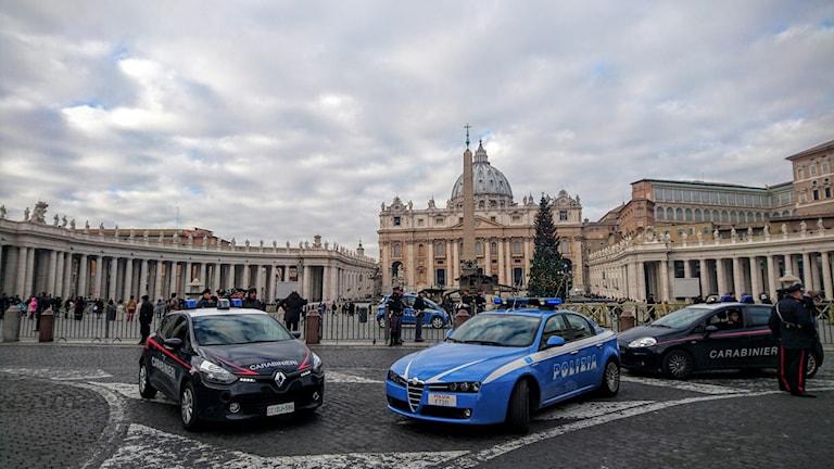 Polisbilar på Petersplatsen i Vatikanen. Foto: Hannah Engberg/Sveriges Radio