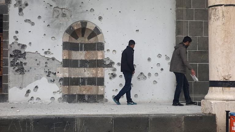 Skotthål på väggarna i en av moskéerna i Diyarbakirs gamla stad. Foto: Katja Magnusson/Sveriges Radio.