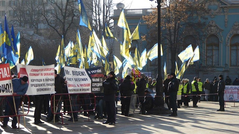 Demonstranter vid Joe Bidens besök i Kiev. Foto: Maria Persson Löfgren/Sveriges Radio