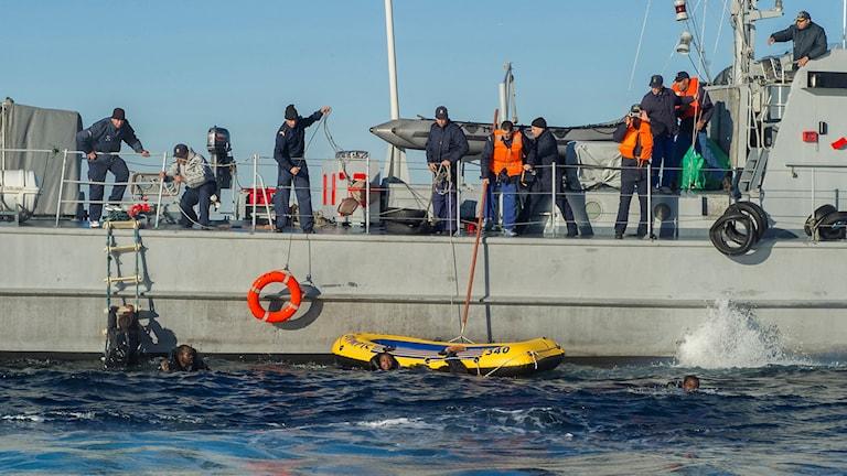 Många överfulla båtar med migranter försöker ta sig till de spanska Kanarieöarna. Arkivfoto: Marcos Moreno/AP.