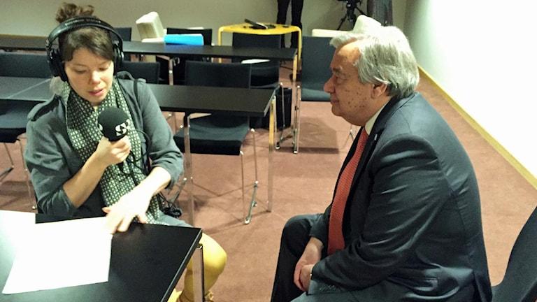 FN:s flyktingkommissarie António Guterres intervjuas av Sveriges Radios korrespondent Thella Johnson. Foto: Sveriges Radio.
