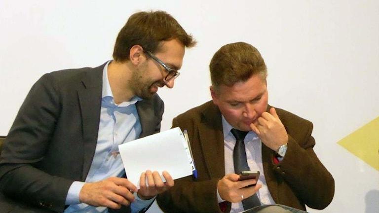 Transparency Internationals Oleksii Khmara t h tillsammans med Serhiy Leschenko ukrainsk parlamentariker. Foto: Maria Persson Löfgren/Sveriges Radio.