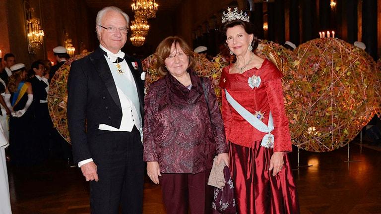 Kungaparet poserar med med litteraturpristagaren Svetlana Aleksijevitj. Foto Jonas Ekströmer/TT.