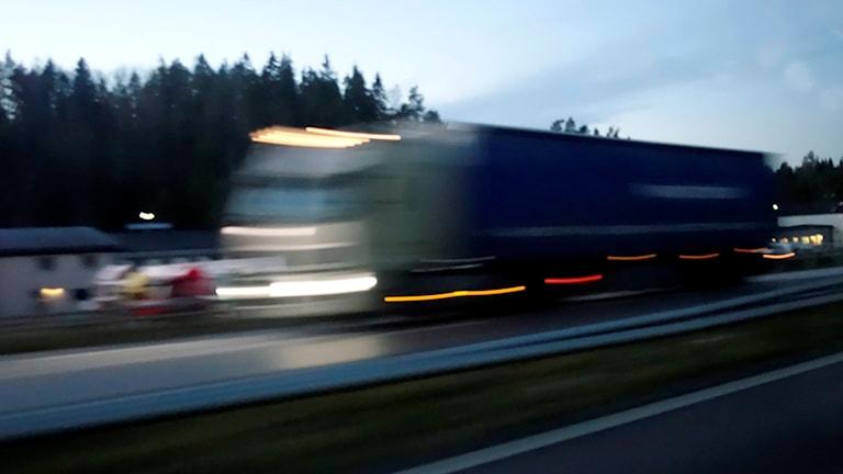 Tung trafik lastbil på Nynäsvägen, söder om Stockholm