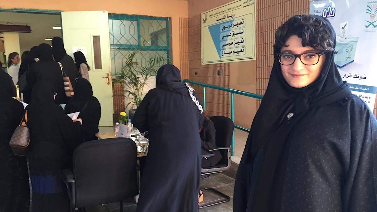 Kvinnor som köar utanför vallokalen.  Foto: Cecilia Uddén/Sveriges Radio.