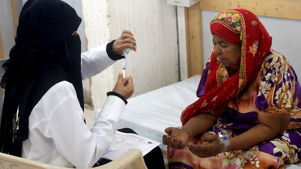 En kvinna som misstänks ha kolera får behandling på ett sjukhus Hodeida.