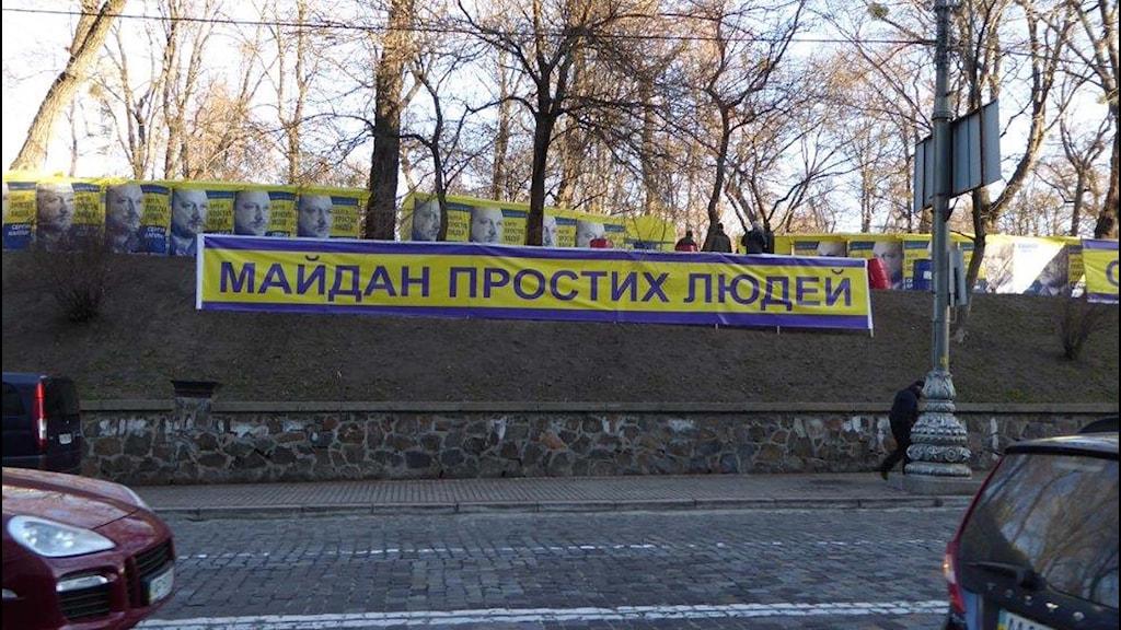 """Banderoll med orden """"Majdan för vanligt folk"""". Foto: Maria Persson Löfgren/Sveriges Radio."""