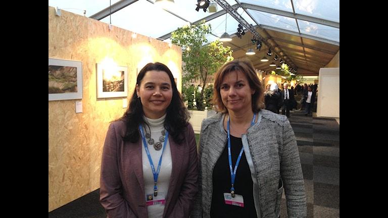 Marianella Feoli, chef för klimatanpassningsprojekt i Costa Rica och biståndsminister Isabella Lövin är överens om att anpassningsfonden är viktig för snabb hjälp till drabbade länder som måste stärka sin beredskap för klimatförändringar. Foto: Annika Digréus/Sveriges Radio.