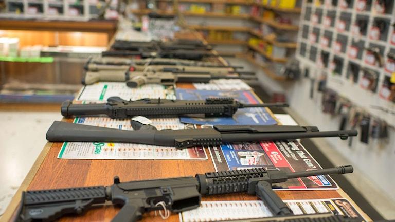 Vapen ligger på rad på en disk i en vapenbutik i USA som nu får sin första vapen-tv-kanal. Foto: TT.