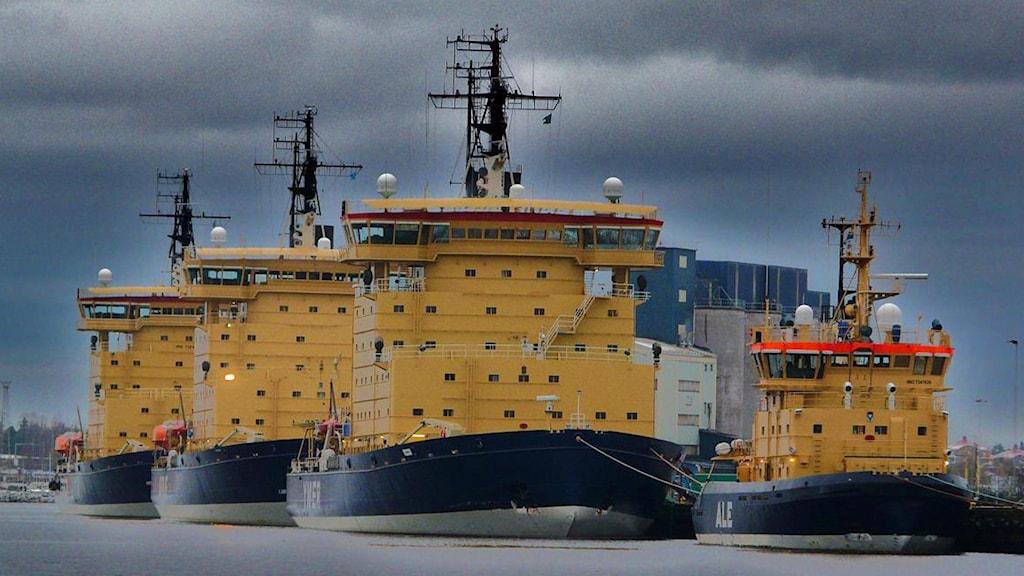 Alla statsisbrytare ska bytas ut fram till 2030. Fär står fyra av fem vid kaj i Luleå. Foto: Sjöfartsverket.