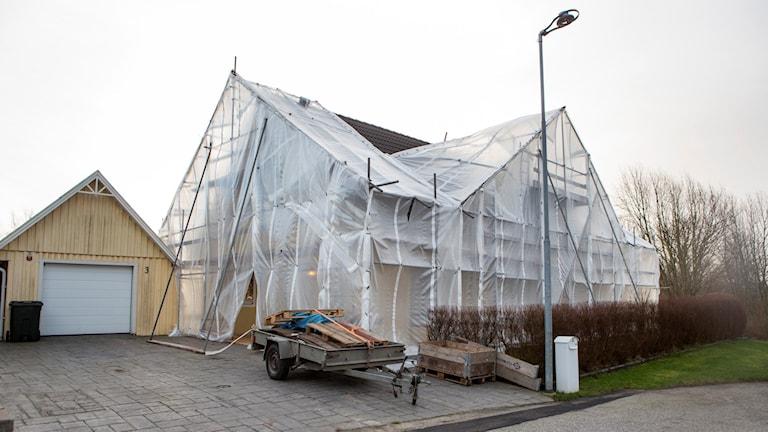 Ett hus i området i Svedala där ägaren själv bekostar pågående byte av fasadbeklädnad. Myresjöhus agerade vårdslöst när företaget använde så kallade enstegstätade fasader i Svedala, anser Högsta domstolen.  Foto: Drago Prvulovic/TT