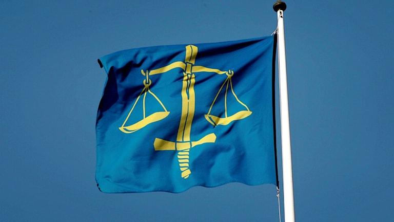 Flagga med domstolarnas vågskålssymbol. Foto: Henrik Montgomery/TT.