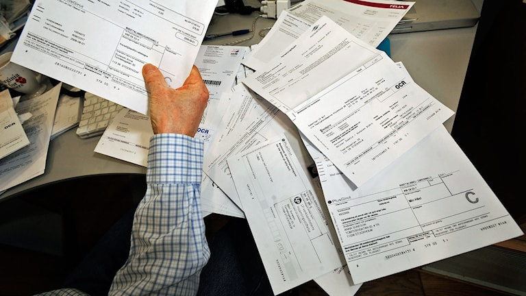 Räkningar utspridda på skrivbord. Foto: Tomas Oneborg/TT
