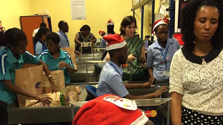 I varuhuset vandrar stressade medelklassrwandier för att bunkra upp för julfirandet med släkten. Foto: Richard Myrenberg/ Sveriges Radio.