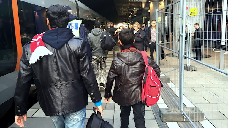 Ensamkommande flyktingbarn anländer till Hyllie station i Malmö. Foto: TT/ Sveriges Radio.