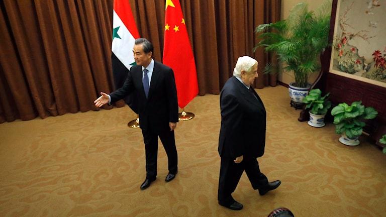 Syriens utrikesminister Walid al-Mouallem i samtal med Kinas utrikesminister Wang Yi i Peking i dag. Foto: Mark Schiefelbein/AP