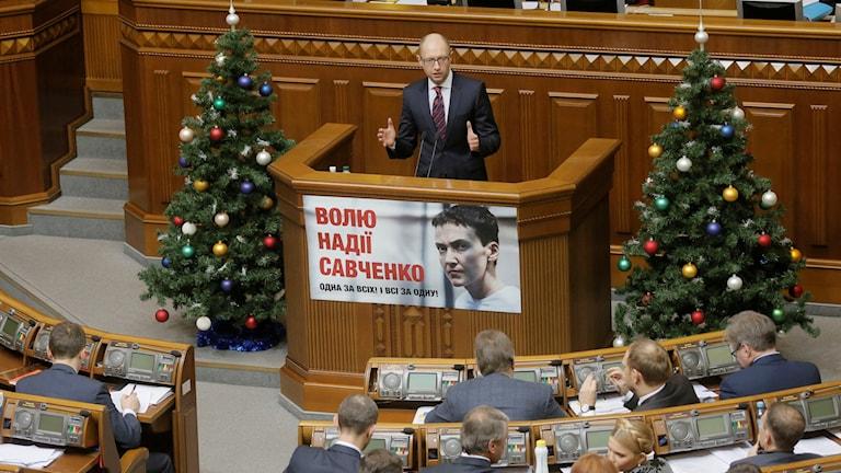 Ukrainas premiärminister Arsenij Jatsenjuk talar till parlamentet. Foto: Efrem Lukatsky