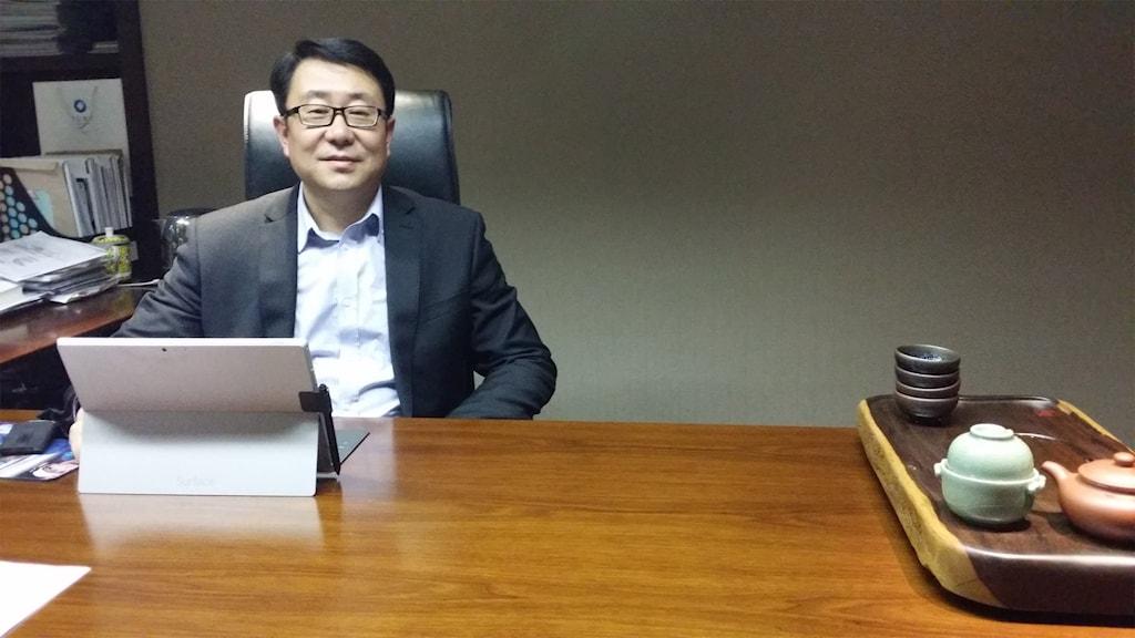 Sun Wei, vd för Panda New Energy, tar emot på sitt gamla kontor