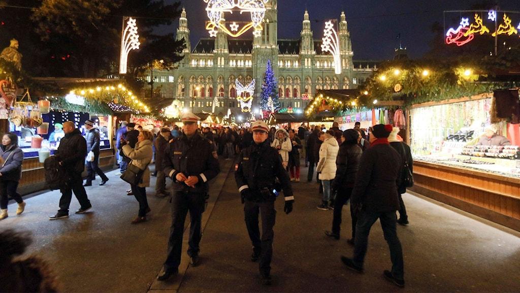 Två poliser patrullerar i Wien