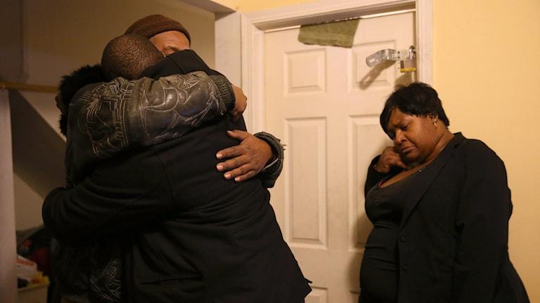 Bröder till den ihjälskjutna kvinnan, Bettie Jones, kramar om varandra efter beskedet om dödsskjutningen. Foto: Abel Uribe/TT.