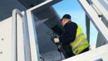 Tanktekniker Thomas Björklund kopplar på bränsleslangen på flygplanets vinge.