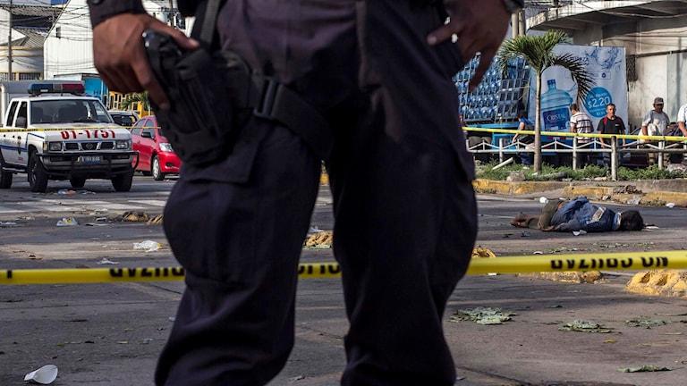 En polis vid en brottsplats i El Salvador. Arkivbild: Salvador Melendez/TT.