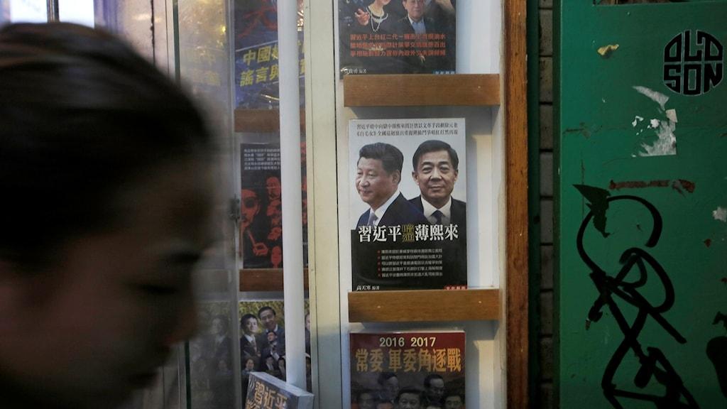 I skyltfönstret på bokhandeln syns titlar om bland andra den kinesiska presidenten Xi Jinping. Foto: Vincent Yu/AP