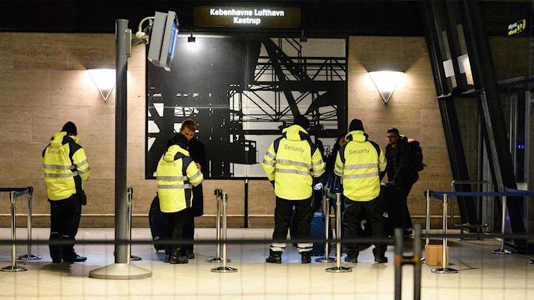 Id-handlingar med bild kontrolleras och scannas på spår ett på Kastrup natten till söndagen. Det första ID-kontrollerade Öresundståget avgick efter midnatt från Kastrup.