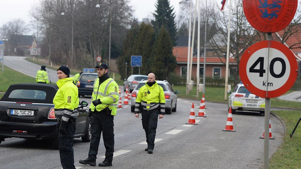 Dansk polis patrullerar den tysk-danska gränsen vid Padborg i Danmark