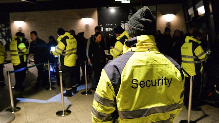 På Kastrup står säkerhetspersonal i gula jackor och kontrollerar alla resenärers id-handlingar. Foto: Johan Nilsson/TT