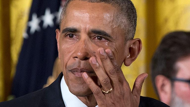 Barack Obama torkar en tår under sitt tal i Vita Huset under tisdagen.