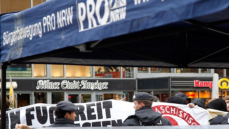 Demonstranter och polis framför centralstationen i Köln.