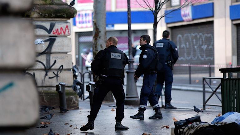 Patrullerande poliser efter torsdagens skjutning i polisstationen i Paris.