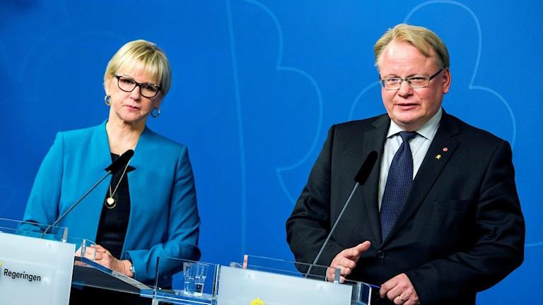 Utrikesminister Margot Wallström och försvarsminister Peter Hultqvist. Foto: Marcus Ericsson/TT.