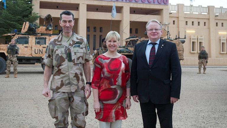 Överbefälhavare Micael Bydén, utrikesminister Margot Wallström och försvarsminister Peter Hultqvist på plats i Mali. Foto: Försvarsmakten.