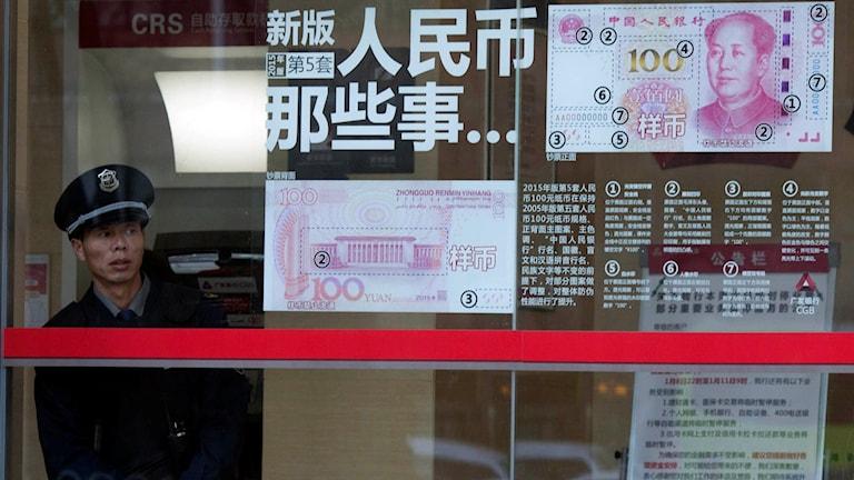 Säkerhetsvakt vid bank i Kina. Foto: Ng Han Guan/TT.