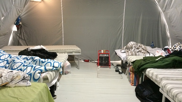 Tolv personer kan sova i varje tält som värms med värmefläkt. Foto: Anna Bubenko/Sveriges Radio.