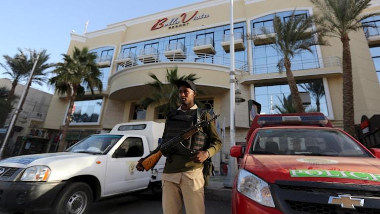 Vakt utanför hotell i turistorten Hurghada. Foto: Mohamed Abd El Ghany/TT.